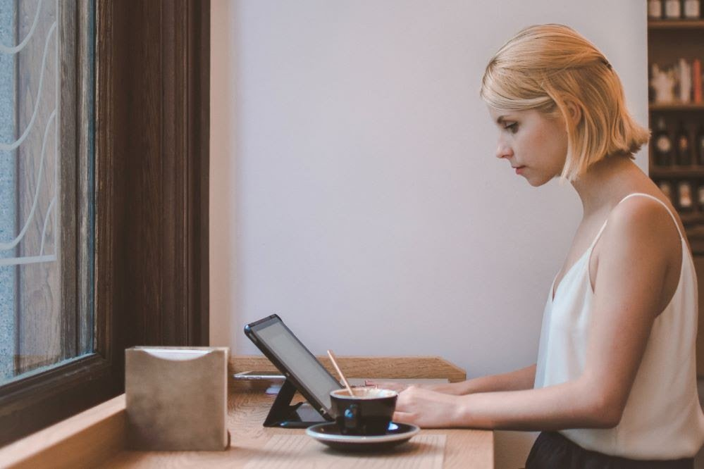 Frau meldet sich über Computer bei Partnerprogramm an