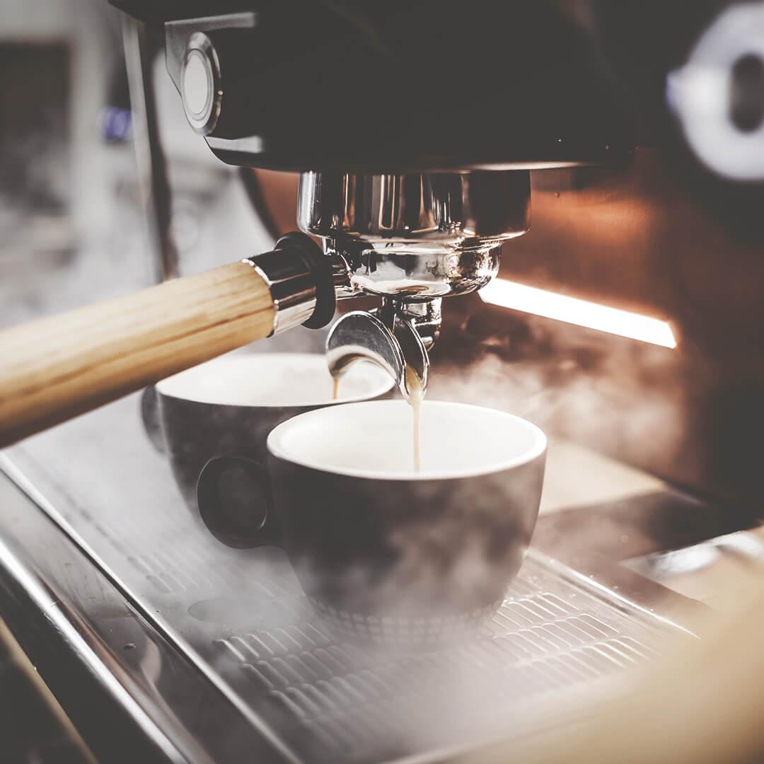 Siebträgermaschine mit Cappuccinotassen
