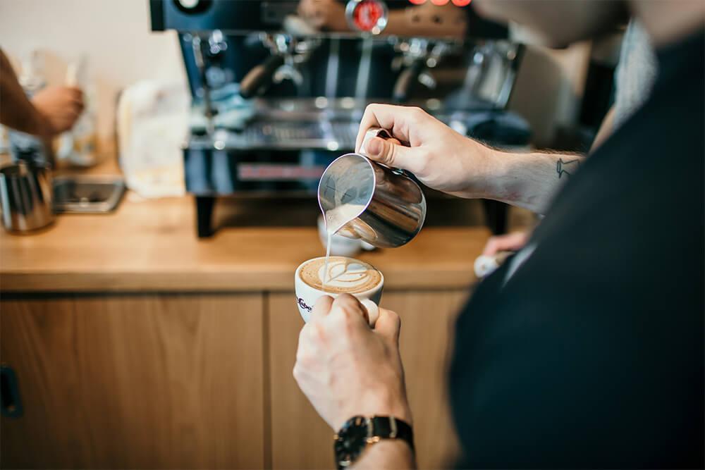 Barista bereitet Cappuccino zu
