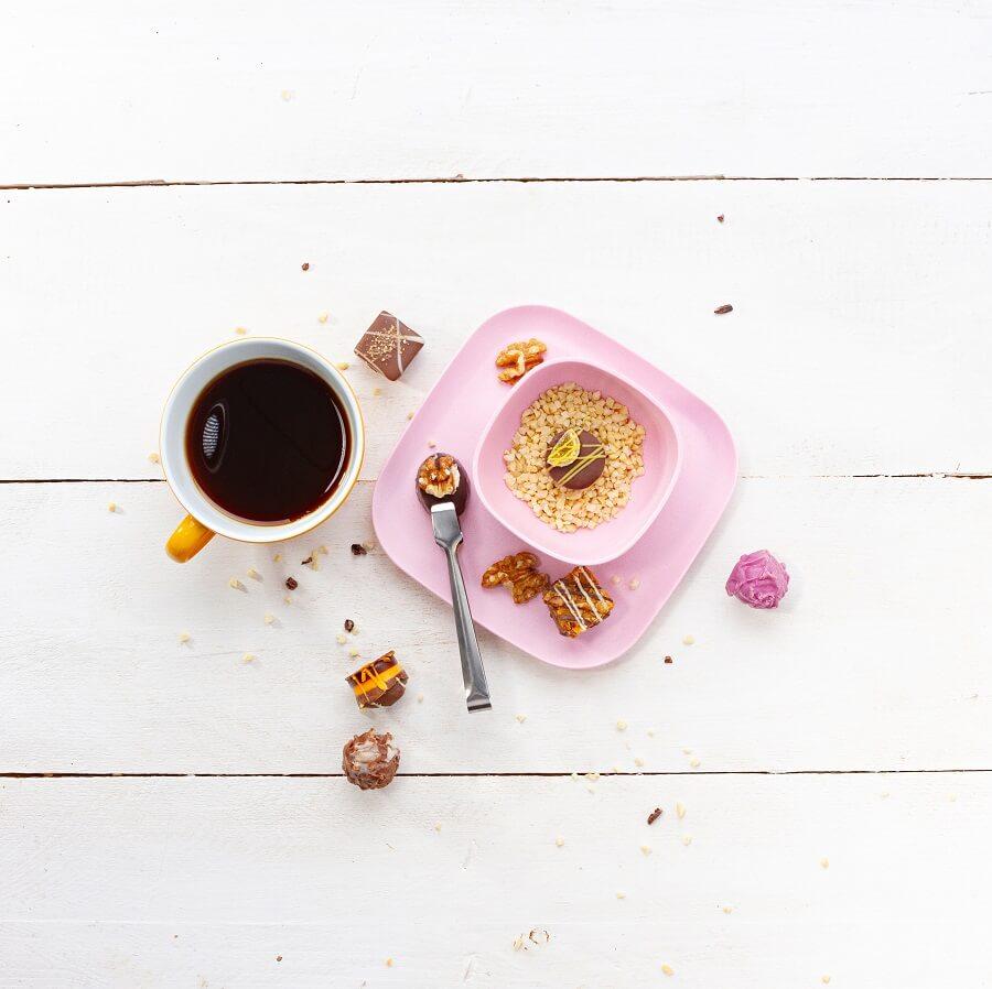 Arko Pralinen und Florentiner mit einer Tasse Kaffee