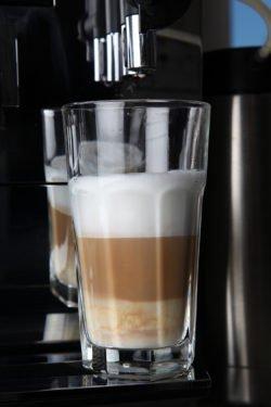 Latte Macchiato aus DeLonghi Kaffeevollautomat in Glas