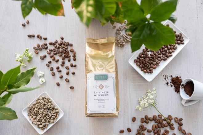 ETTLI Kaffee Ettlinger Mischung neben Kaffeebohnen