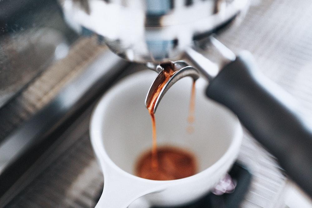 espresso fließt in tasse