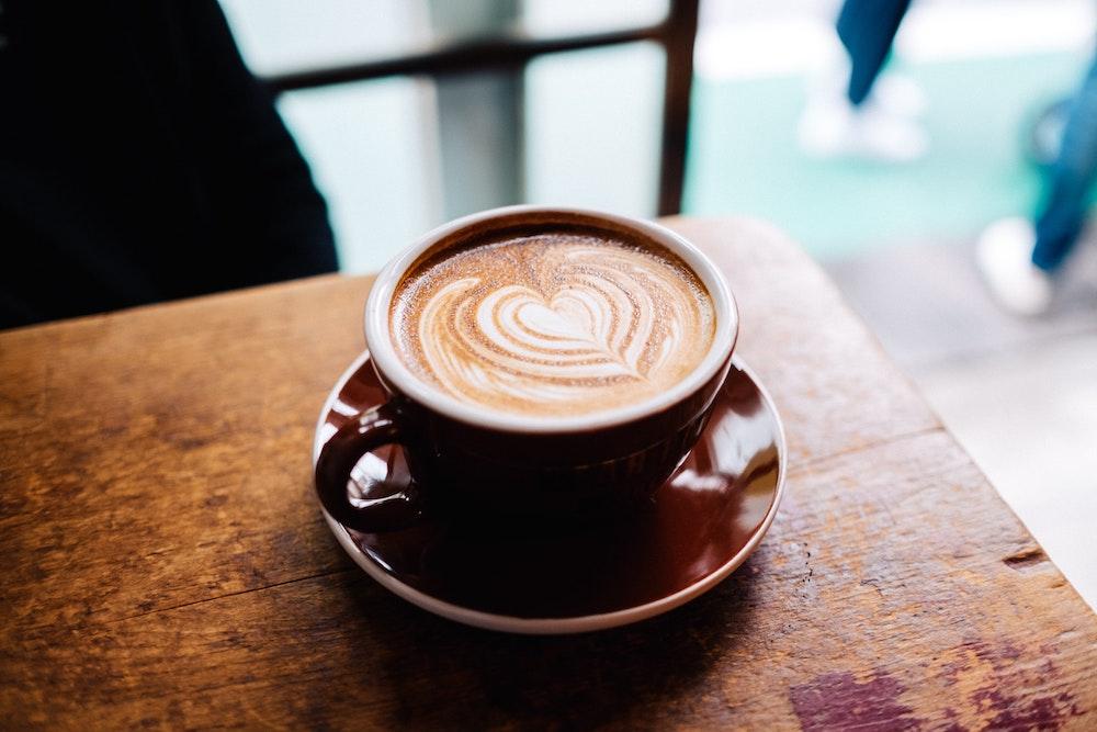 Cappuccino mit Jacobs Kaffee auf Tisch