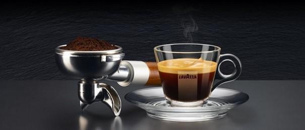 Lavazza Espresso neben Siebträger