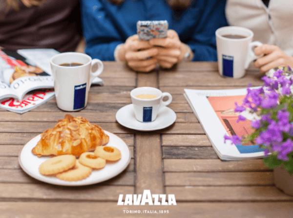 Lavazza Kaffee in Tassen auf Tisch