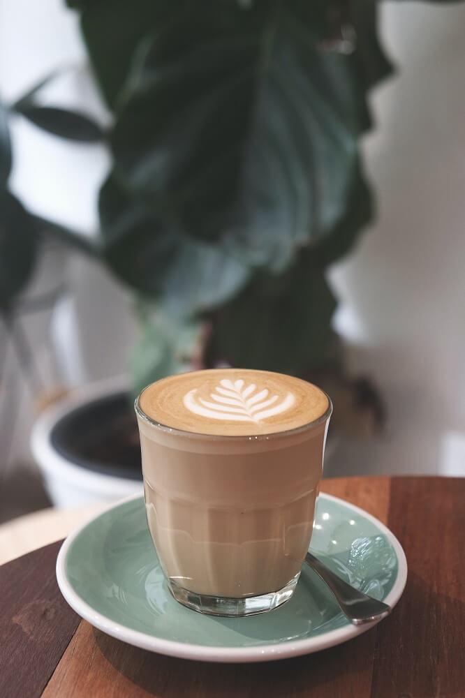 Maître Truffout Pralinen mit Kaffee genießen