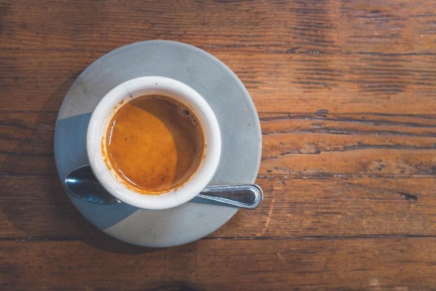 Espresso in Espressotasse mit Mamis Caffè