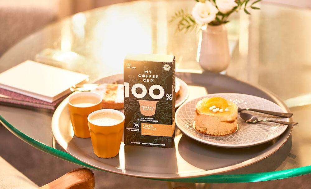 My Coffee Cup Kaffee auf Frühstückstisch neben Pfannkuchen
