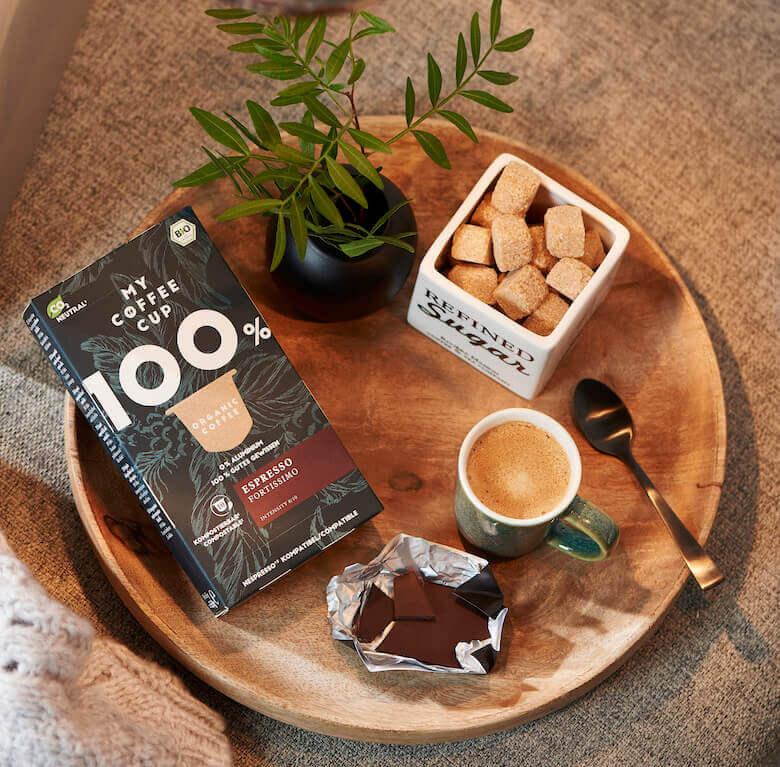 My Coffee Cup Kapselkaffee neben Kaffee auf Tisch