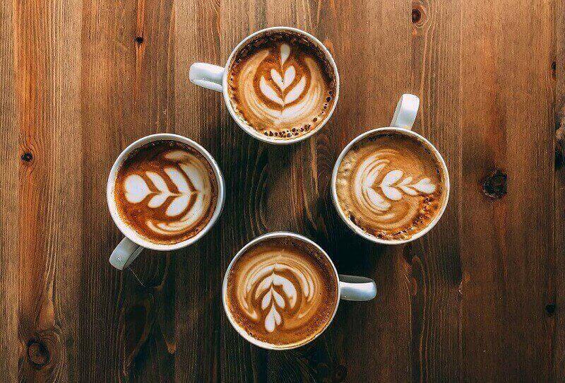 Cappuccinos auf Holztisch