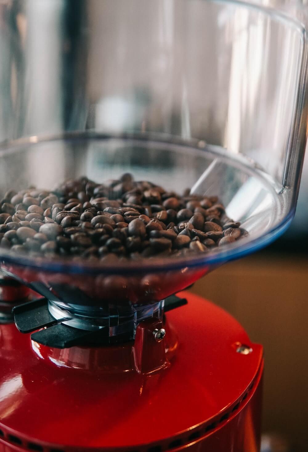 Kaffeebohnen in Kaffeemühle