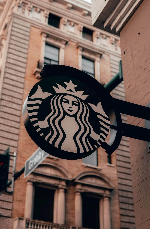 Starbucks-Logo an Hauswand