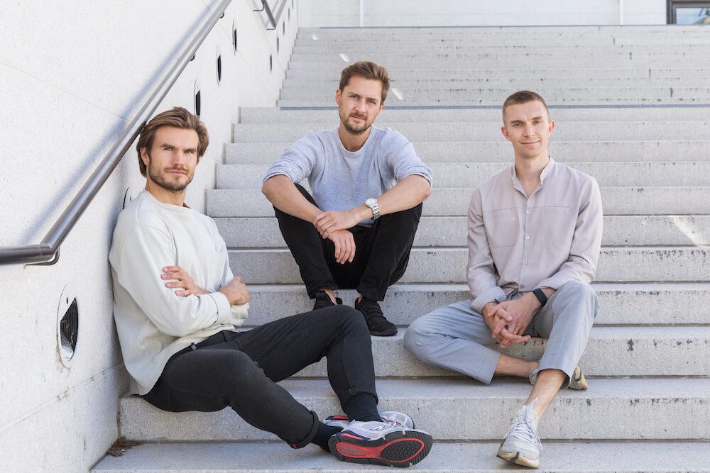 Vly Erbsenproteindrinks Gründertrio auf Treppe