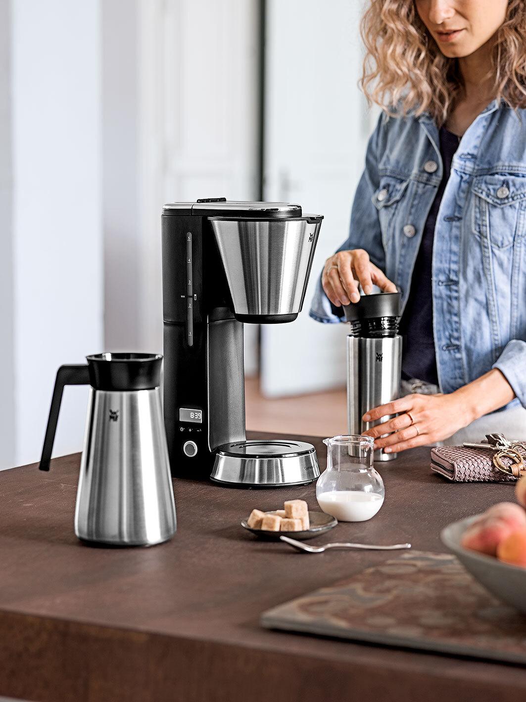 Frau mit WMF Kaffeemaschine