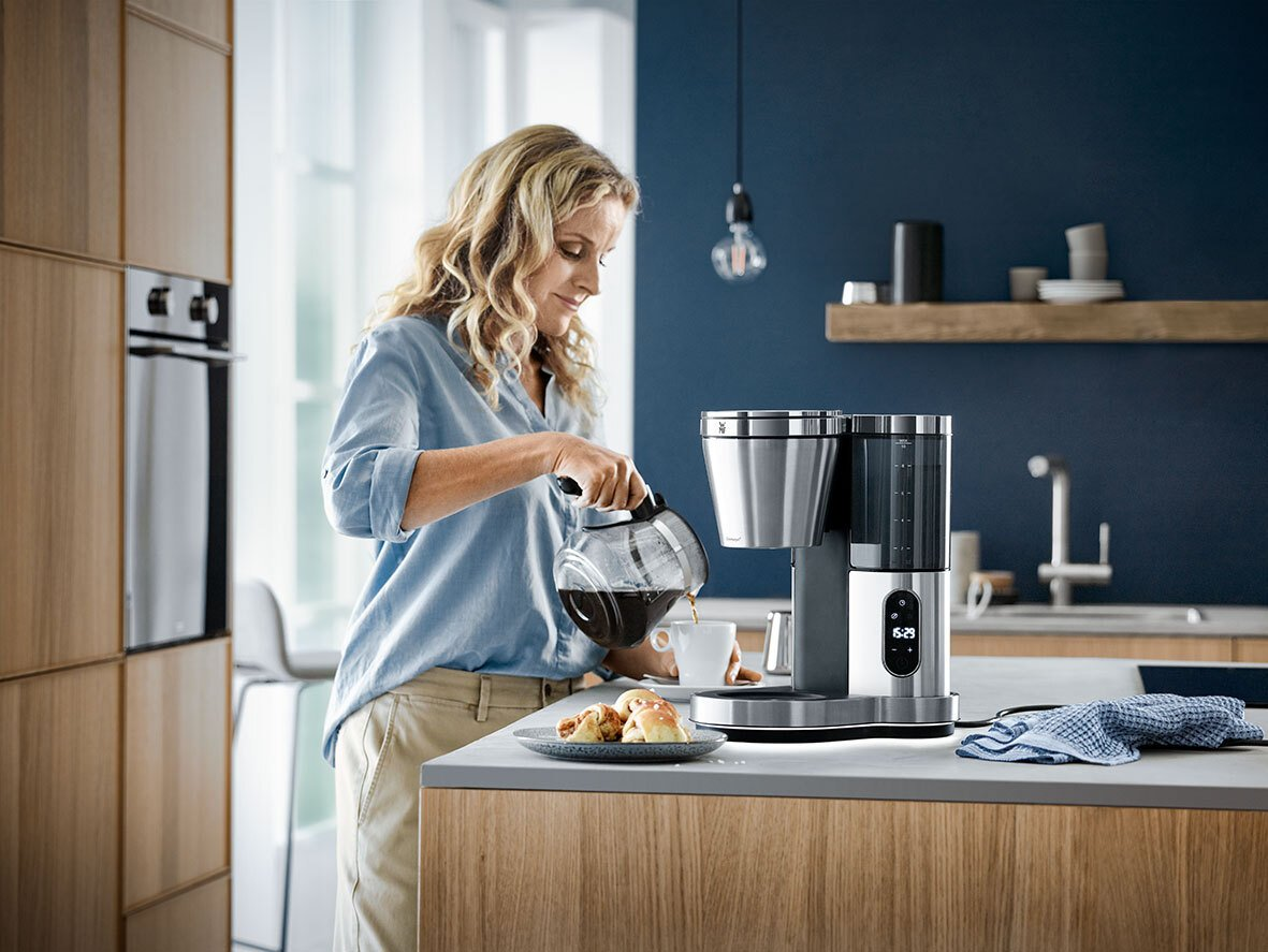 Frau mit WMF kaffeemschine