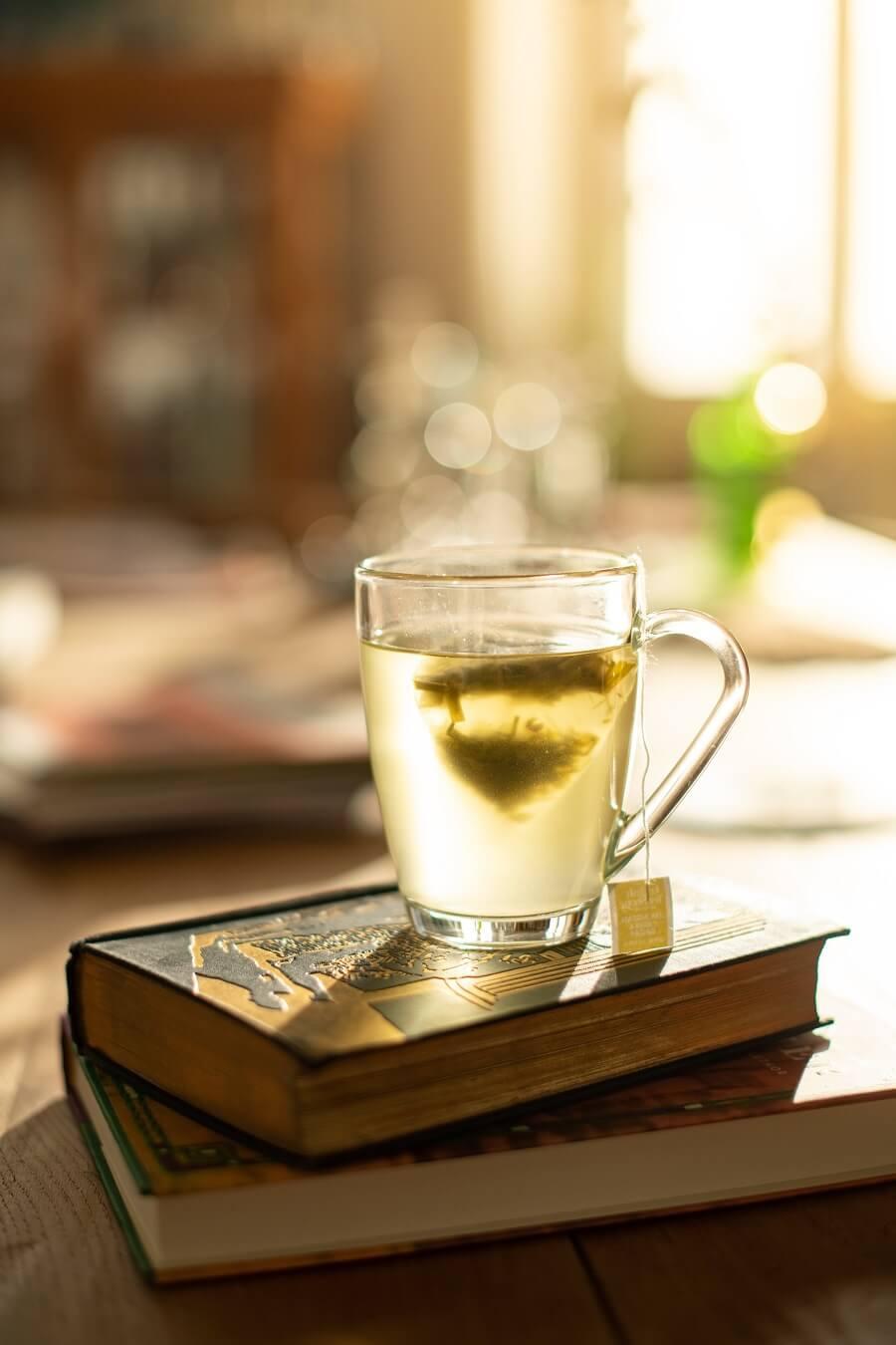 Tasse mit heißem Pyramidenbeutel-Tee