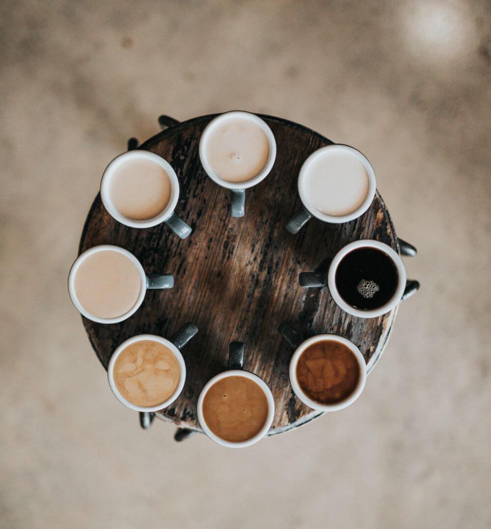 Arabica Kaffee in Tassen auf einem Tisch
