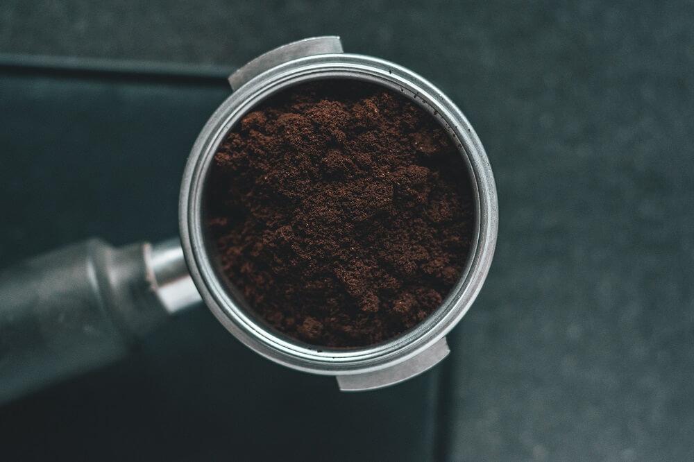 Kaffeepulver in Siebträger Kaffeezubehör