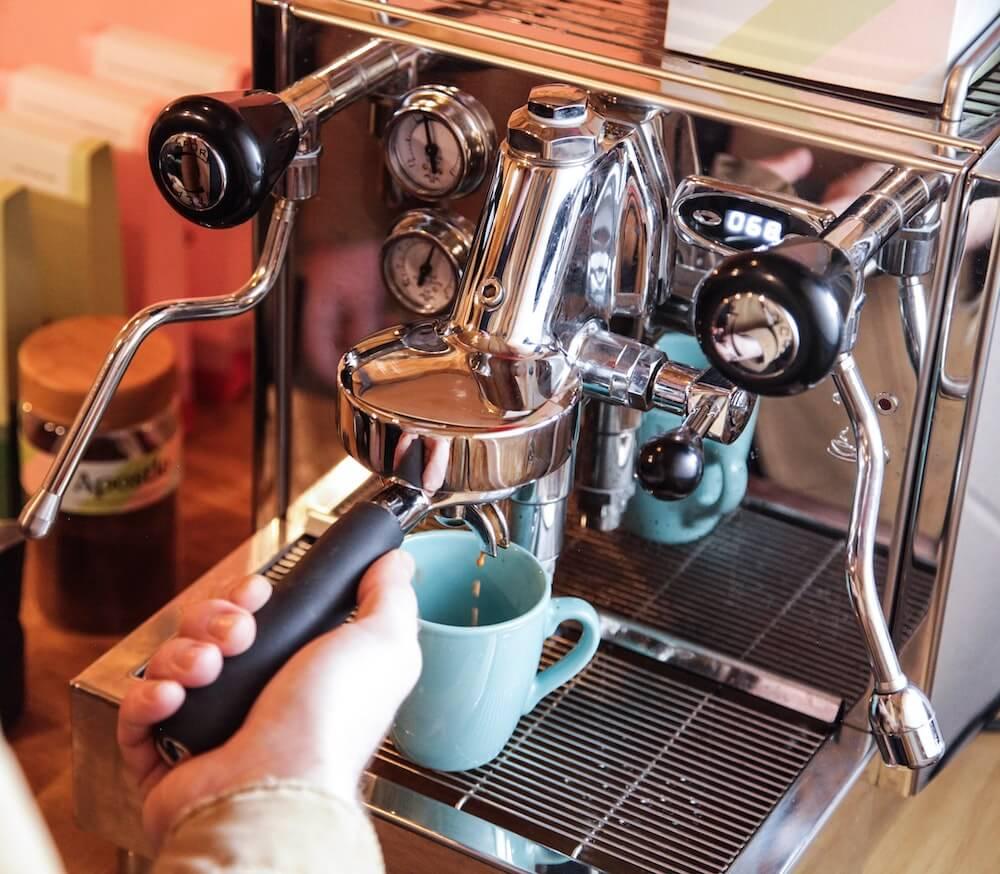 Bezzera Siebträgermaschine mit Kaffeetasse