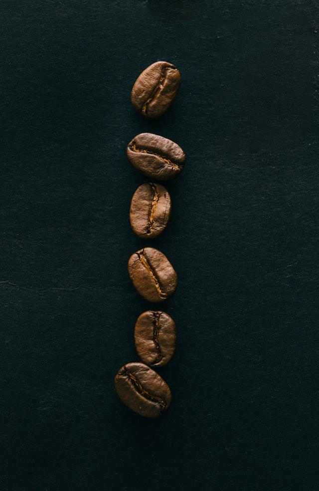 Bio-Kaffeebohnen auf dunklem Hintergrund