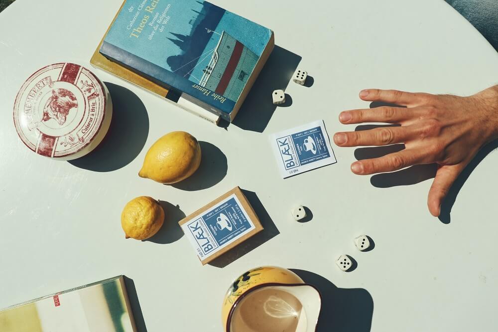 Blaek Specialty Coffee Instant Kaffee auf einem Tisch auf Reisen