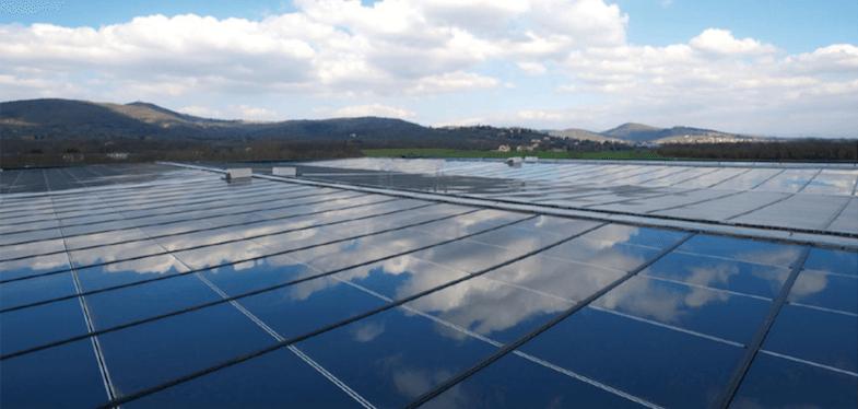 Luftaufnahme des Solarzellendachs in Kaffeeproduktionslager von Caffè Corsini