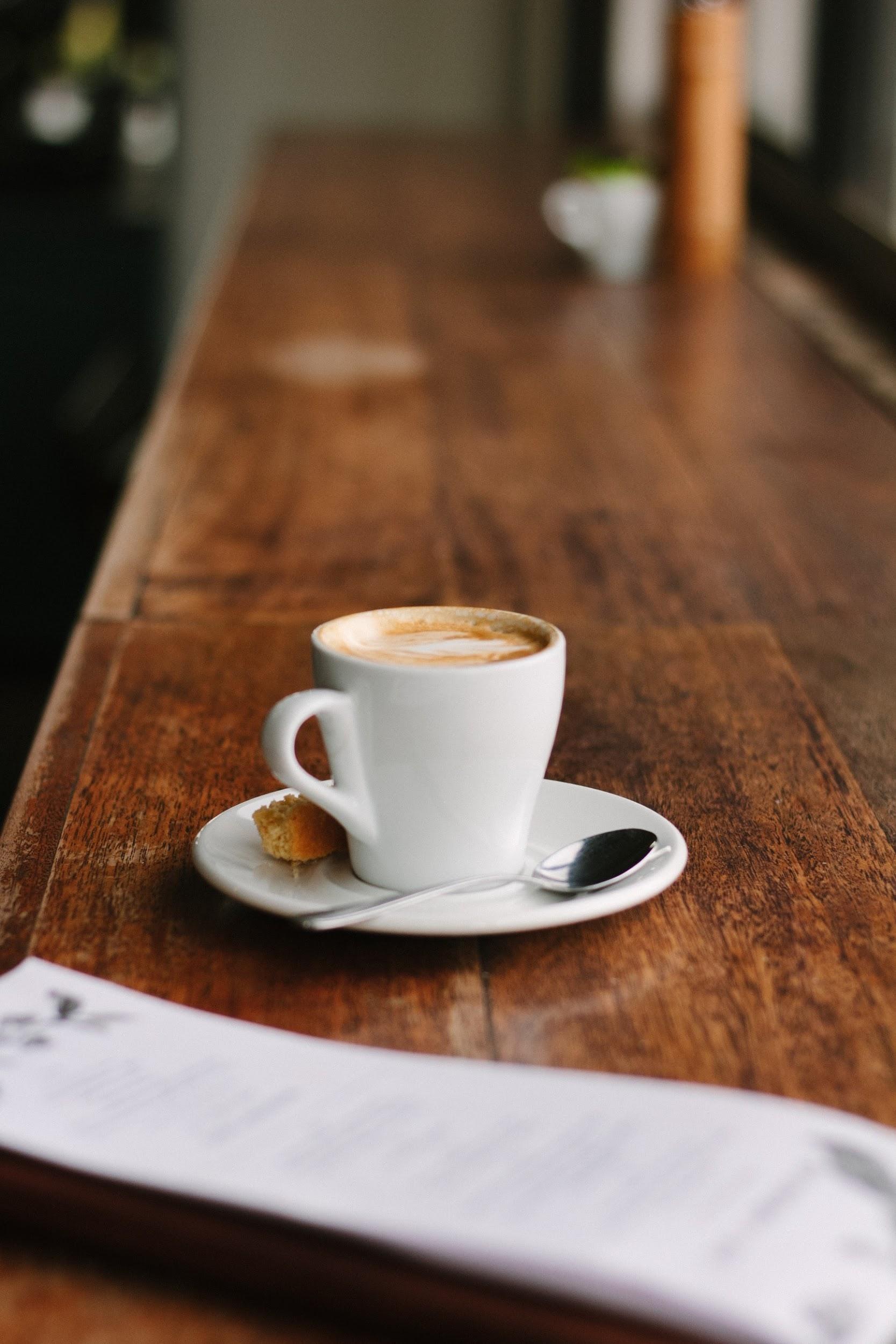 Kaffee mit Mandelkeks