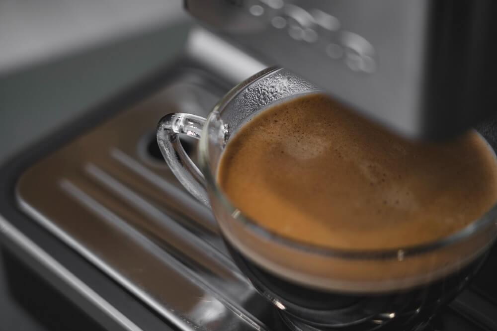 frischer Kaffee aus dem Vollautomaten mit Ceragol Reiniger