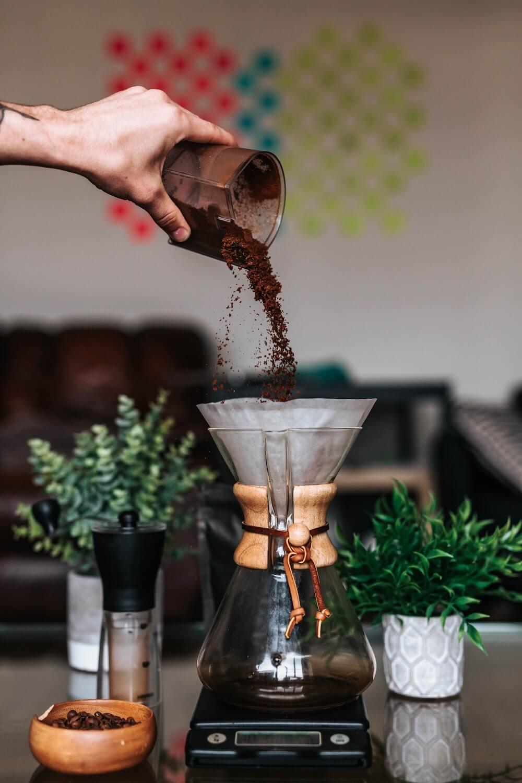 Chemex Kaffeezubereitung mit Karaffe, Kaffeemühle, Waage und frischem Kaffeemehl