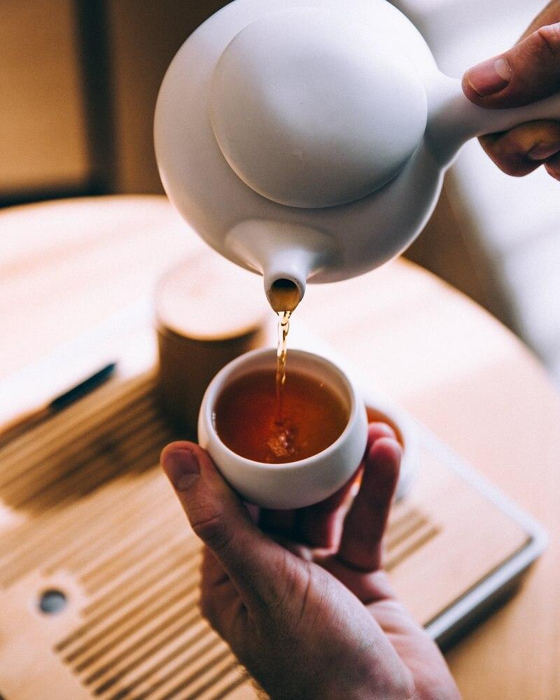 Dammann Tee eingiessen aus Porzellankanne