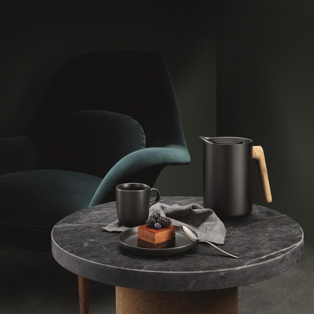 Eva Solo Isolierkanne Nordic Kitchen mit Kaffee und Kuchen