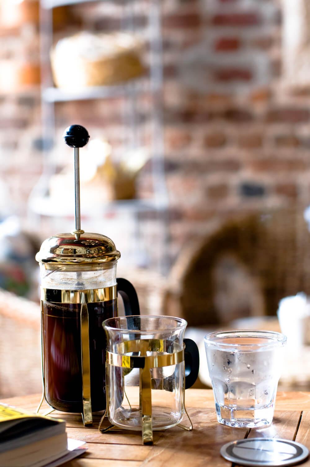 french-press-kaffee-glas-wasser