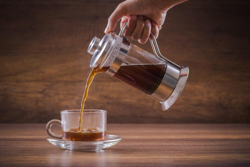french-press-kaffee-wird-in-tasse-gegossen