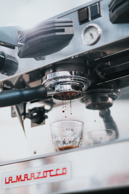 kaffee aus einer siebträgermaschine