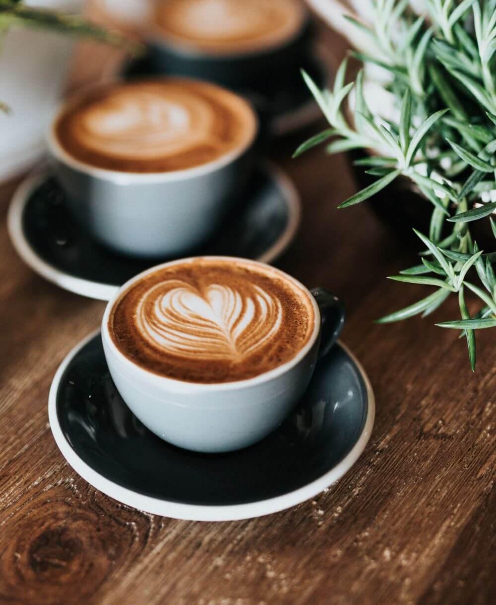 Kaffee aus dem Vollautomaten in Porzellantasse