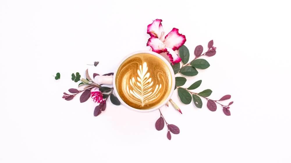 Kaffee mit Blumendekoration