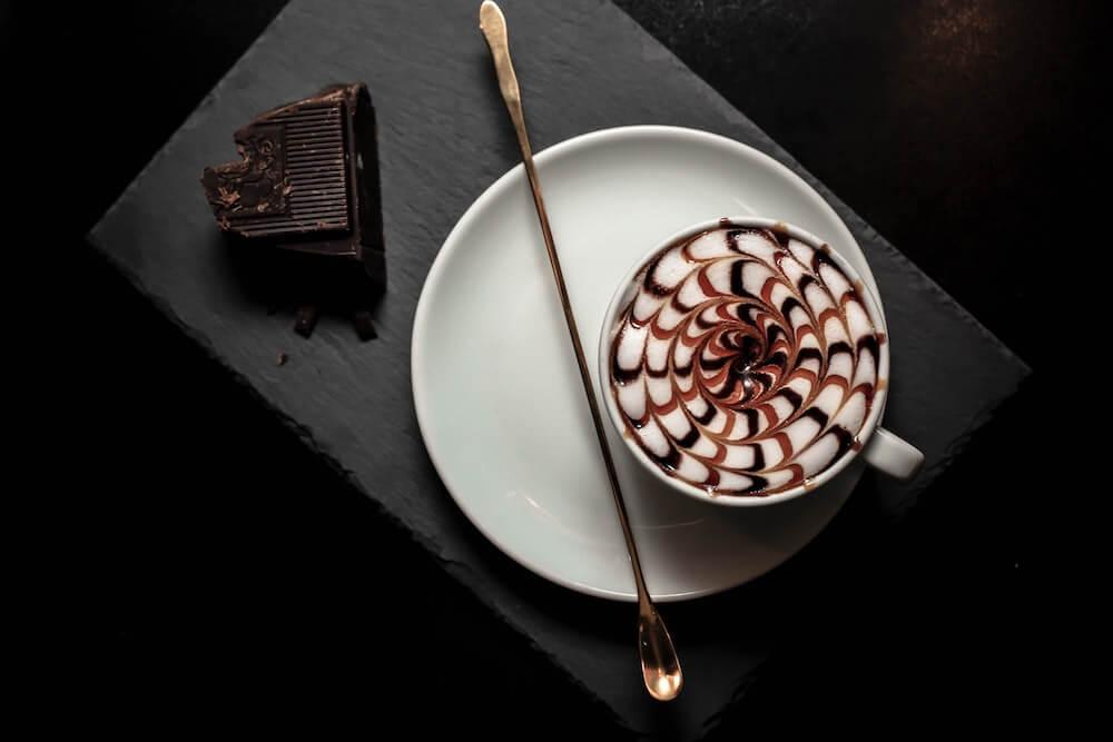 Tasse Kaffee mit schokolade verfeinert