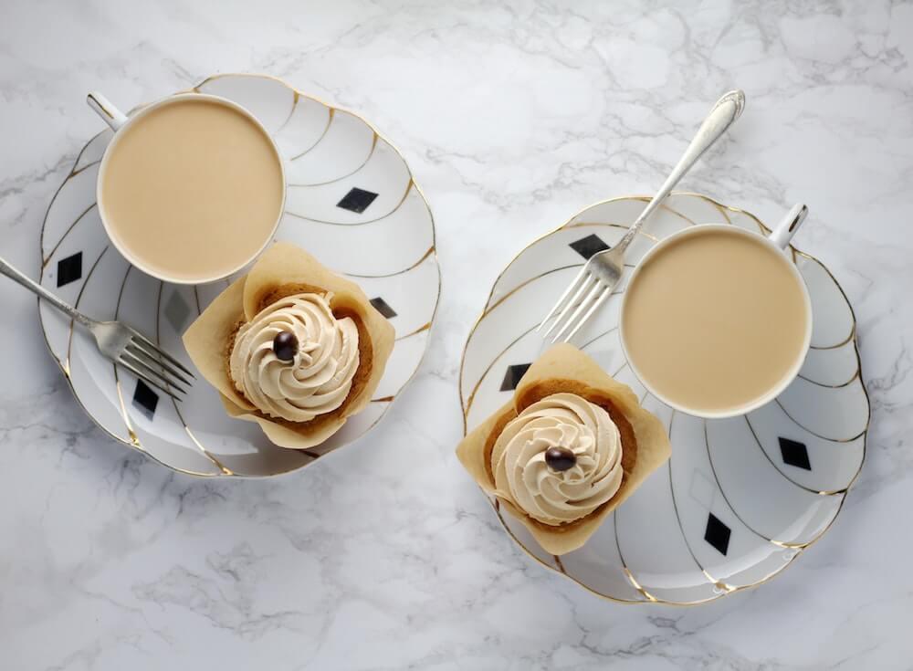 Milchkaffee mit Cupcakes