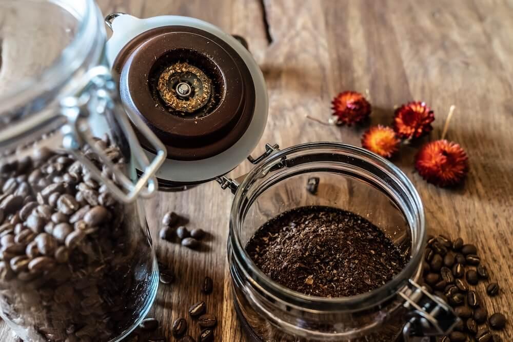 Kaffeepulver mit Gewürzblüten
