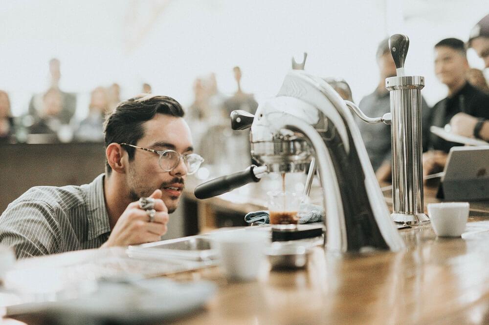 Barista prüft Kaffee