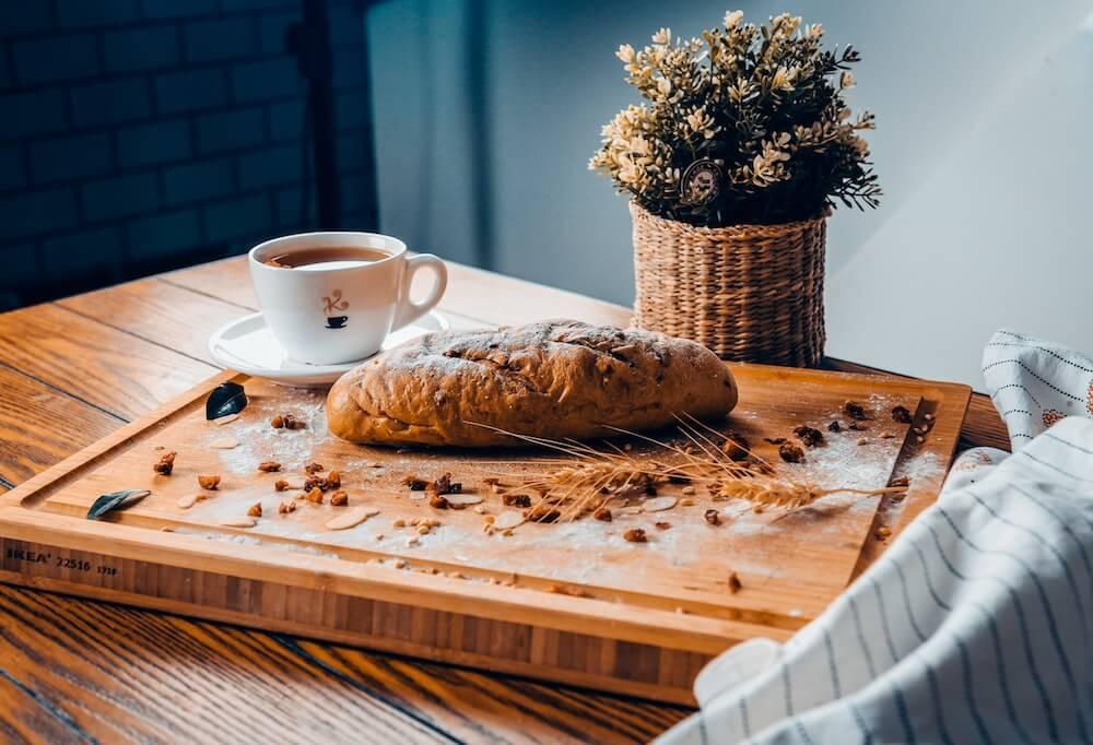 Kaffee mit Getreide und Brot