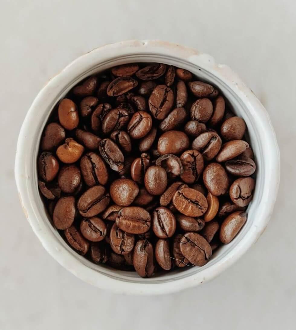 Kaffeebohnen in Porzellangefäß