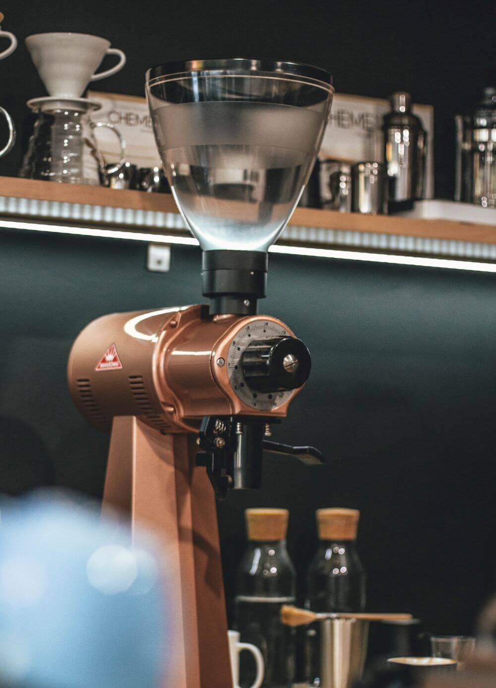 Kaffeebohnen mit Kaffeemühle mahlen