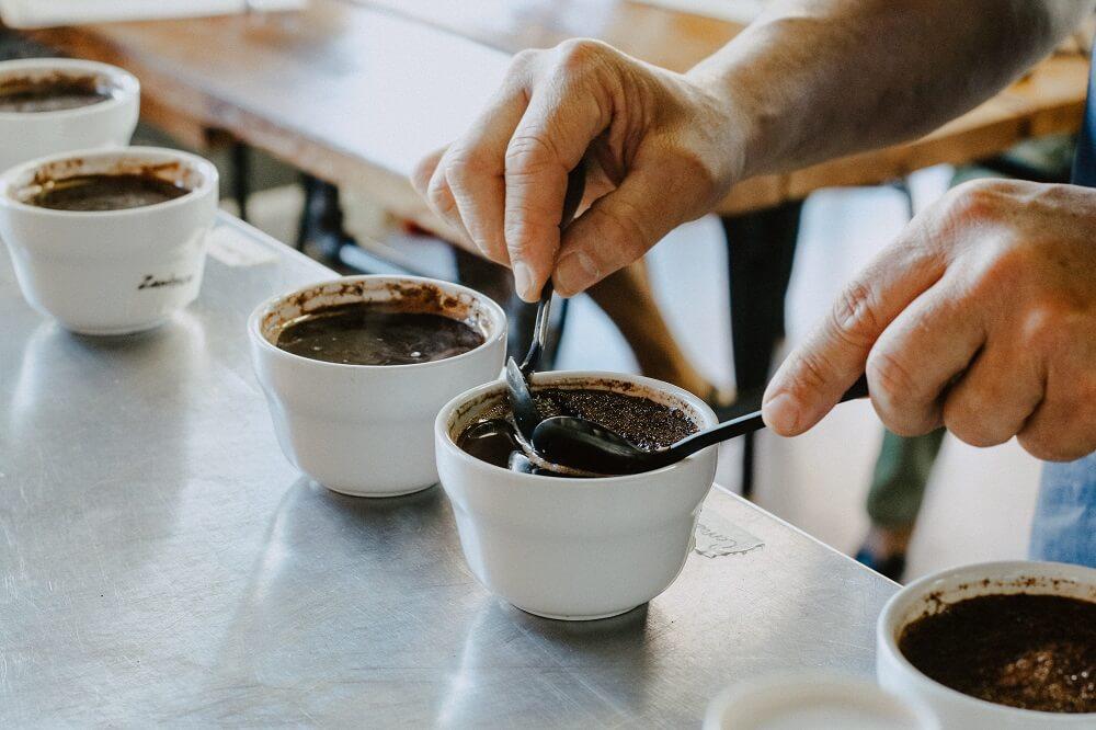 Kaffeetassen aus Kaffeesatz herstellen