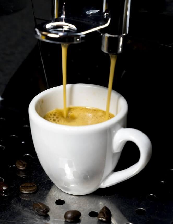 Espresso in Espressotasse zubereiten mit Kaffeevollautomaten