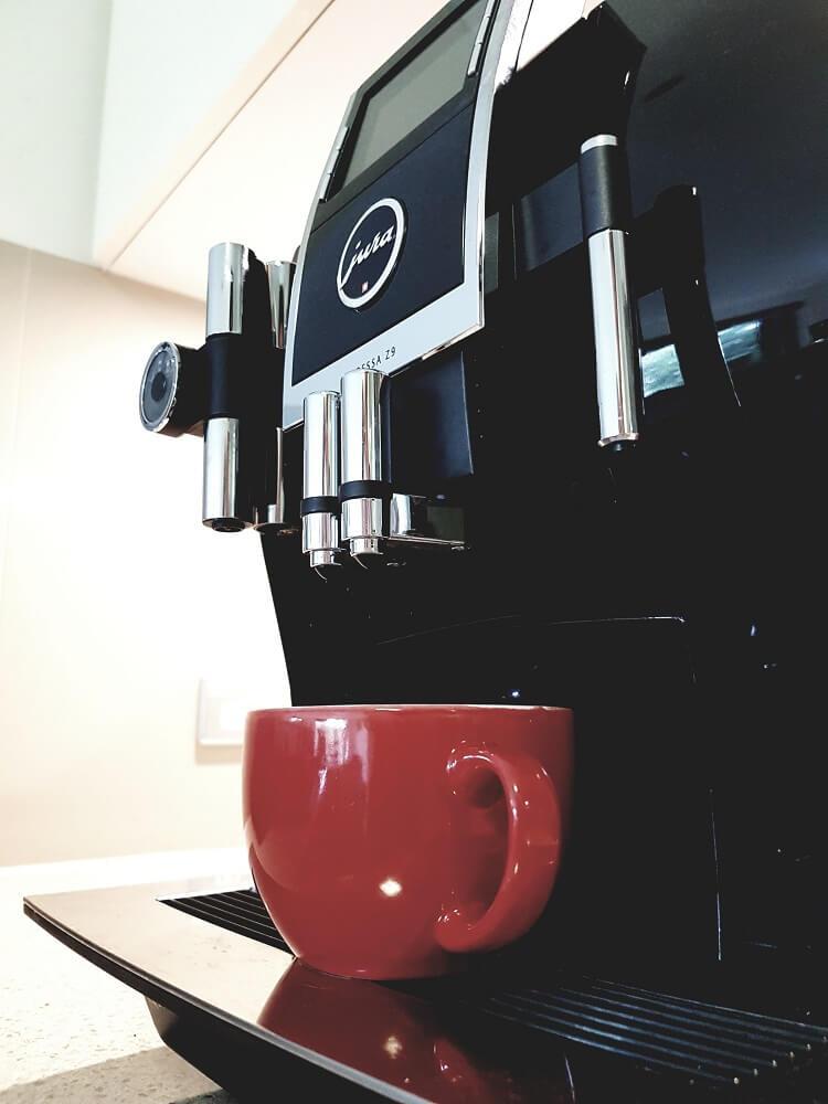 Jura Kaffeevollautomat mit Tasse