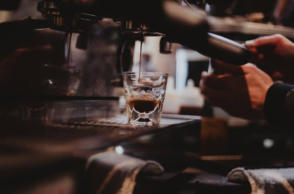 Espresso-Glas Zubereitung mit Siebträger