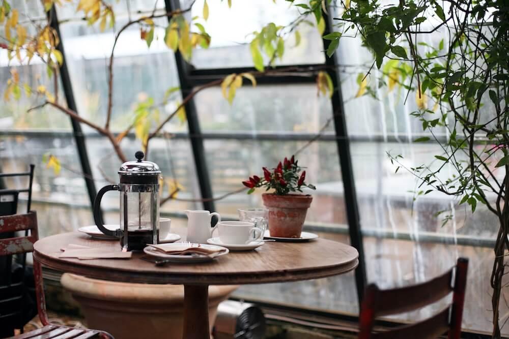 Kaffeetafel mit Pflanzen