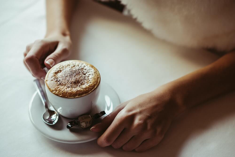 Löffel mit Kaffeetasse